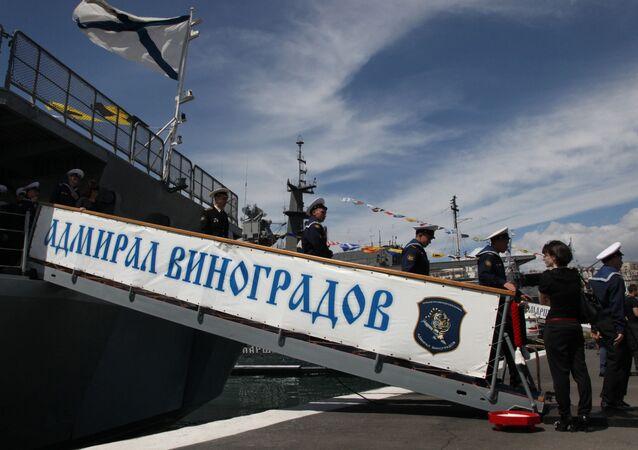 مراسم تجمع سفن أسطول المحيط الهادئ بقيادة السفينة الكبيرة المضادة للغواصات الأدميرال فينوغرادوف، التي عادت من خليج عدن.