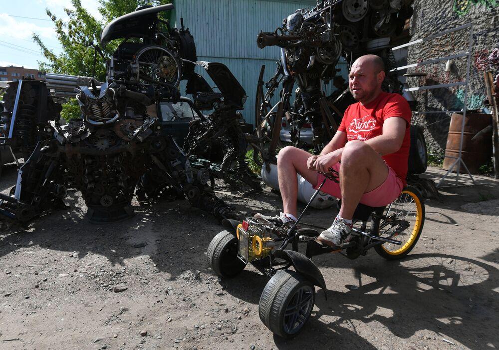 ميكانيكي السيارات، الروسي سيرغي كولاغين، يصنع منحوتات فريدة من قطع غيار السيارات المستعملة