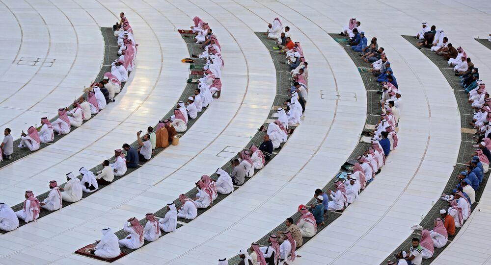 صلاة عيد الفطر بالحرم الشريف بمكة، حيث تبقى المساجد مغلقة بسبب انتشار كورونا في السعودية 24 مايو 2020