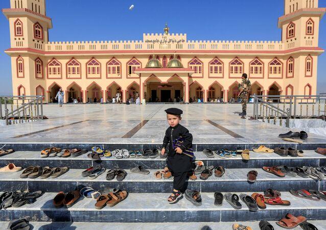 طفل خارج مسجد أثناء صلاة عيد الفطر في مسجد في ولاية لغمان، رغم انتشار فيروس كورونا في أفغانستان 24 مايو 2020