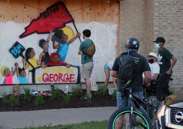 احتجاجات واسعة على مقتل شاب تحت ركبة شرطي أمريكي (جورج فلويد) في منيابولس، الولايات المتحدة 31 مايو 2020