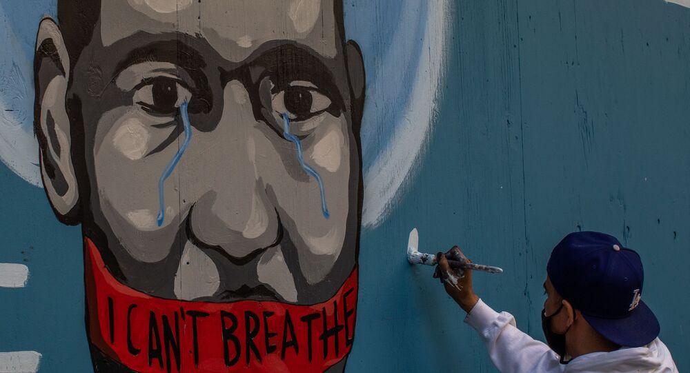 فنان سيلوس يرسم جدارية المواطن الأمريكي من أصول أفريقية، جورج فلويد،  كتب عليها (أنا لا أستطيع التنفس) في لوس أنجلوس، 30 مايو 2020