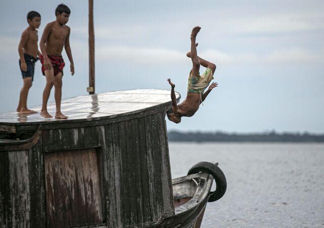 أطفال يقفزون إلى مياه خليج ملاكو، ولاية بارا، البرازيل 30 مايو 2020