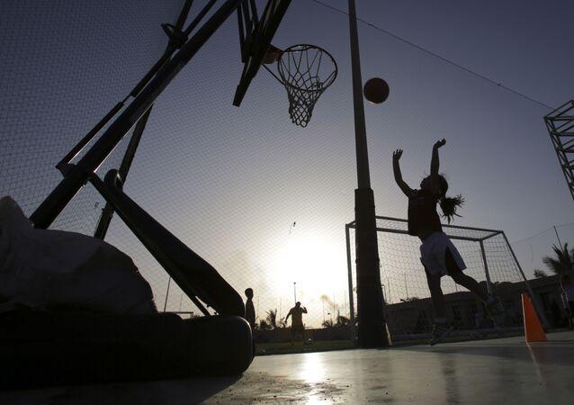 فتاة صغيرة أثناء التدريبات في فريق رياضي تابع لنادي سعودي خاص في جدة