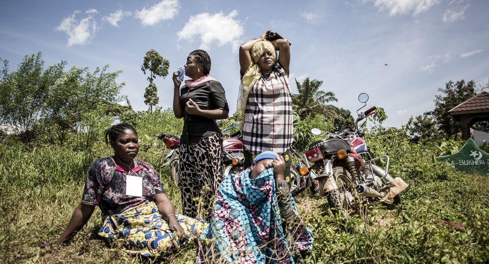 صورة بعنوان إيبولا. الكونغو.، للمصور جنوب الأفريقي جون ويسل، في فئة الأخبار الرئيسية. سلسلة صور.، ضمن القائمة القصيرة لمسابقة أندريه ستينين التصوير الصحفي المحترف