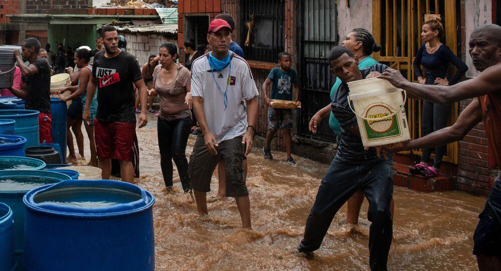 يجمع الناس مياه الشرب في حاويات مختلفة. نظرا لشح في إمدادات المياه، يضطر سكان بعض مناطق مدينة كاراكاس إلى انتظار هطول الأمطار حتى يتمكنوا من الحصول على المياه، فنزويلا 8 يونيو 2020