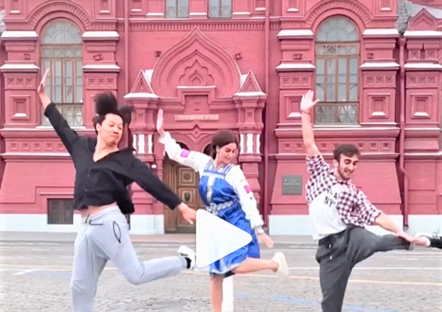 رقصة ليزغينكا على الساحة الحمراء